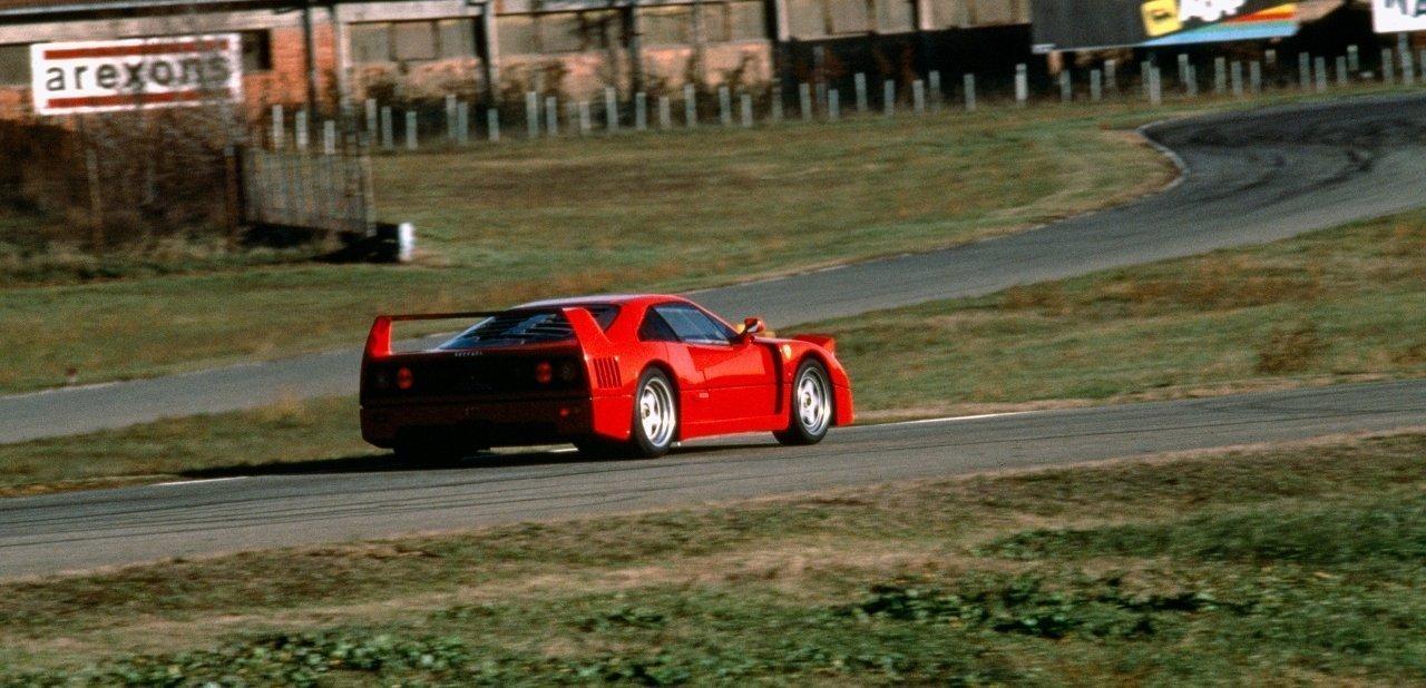 Ferrari F40 en un circuito