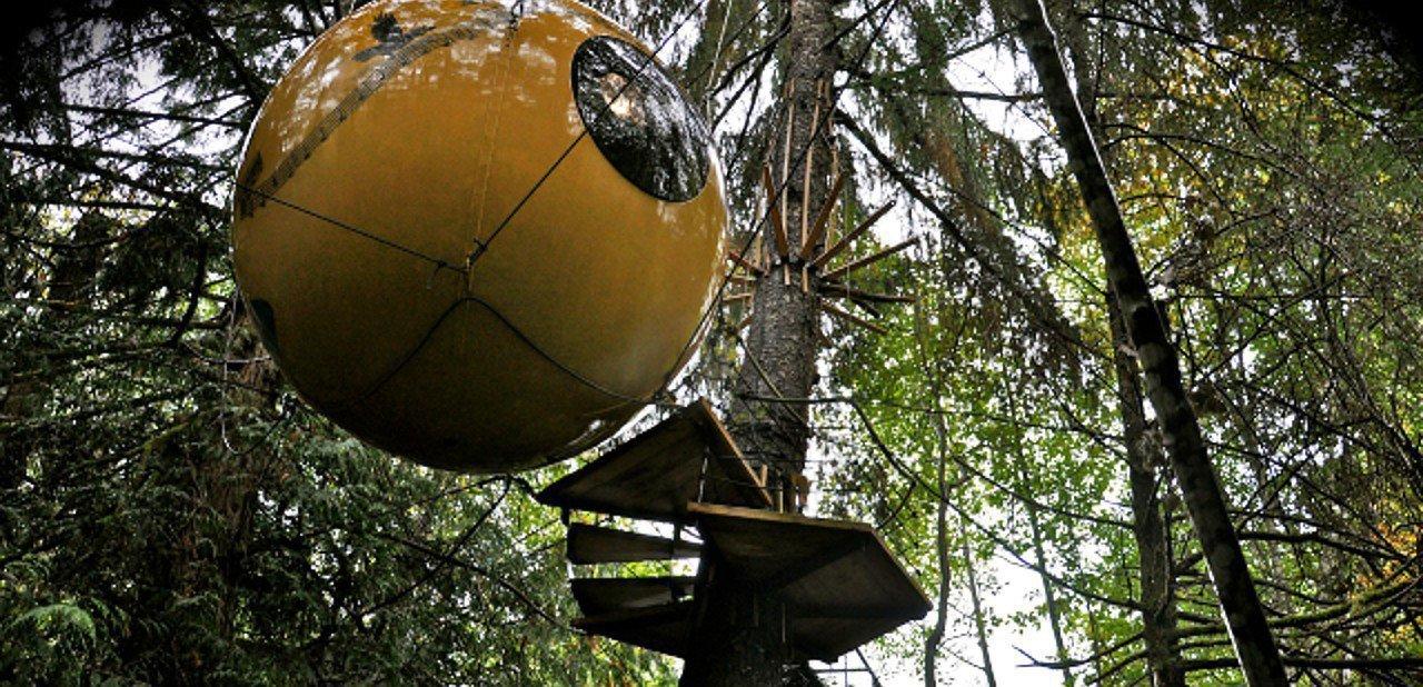 Habitación esférica colgante de Free Spirit Spheres
