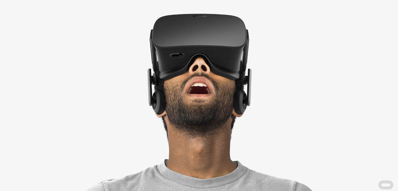 Hombre con un casco Oculus Rift puesto