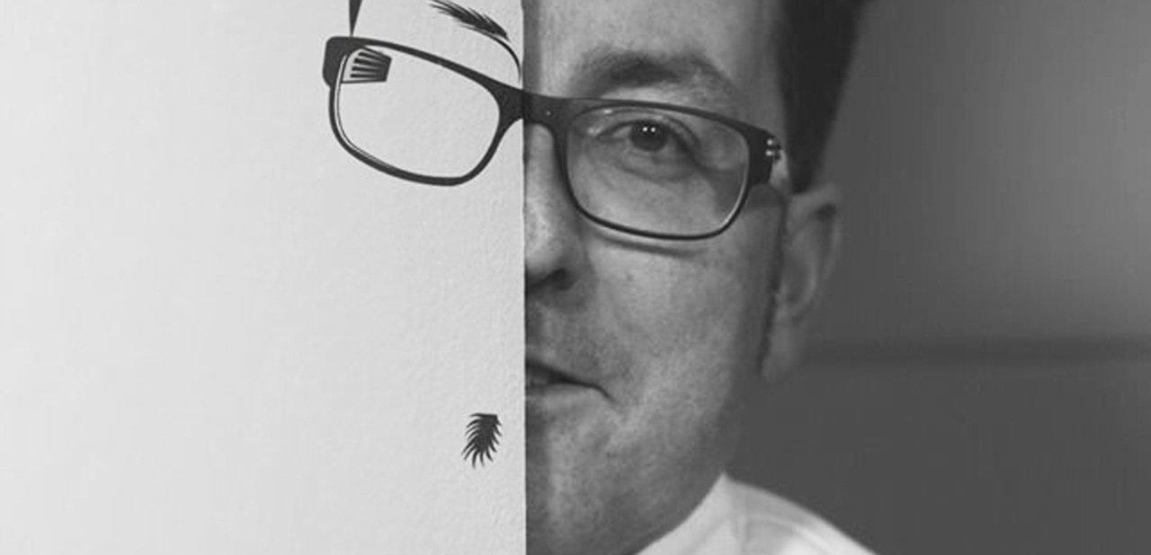 Imagen de Miquel Ruiz tras un dibujo suyo