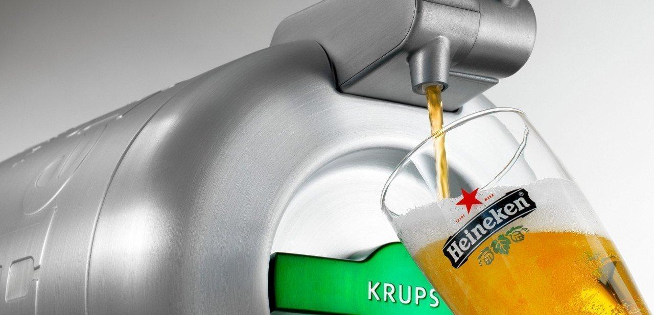 Imagen de The Sub sirviendo una cerveza