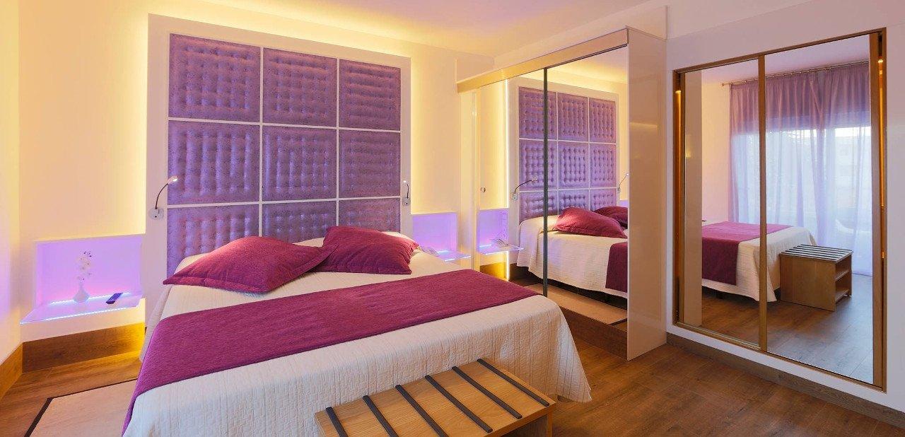 Interior de habitación del Luxisla Ibiza
