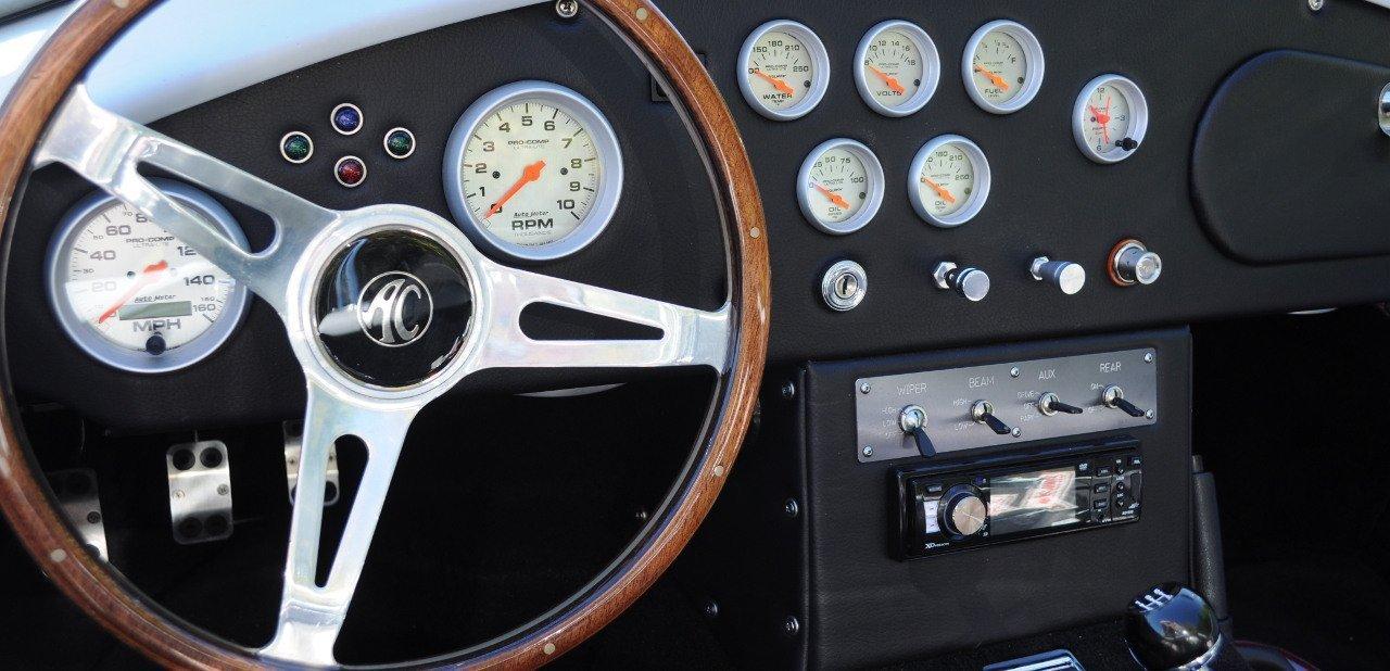 Interior de un Shelby Cobra con atención al volante y los relojes