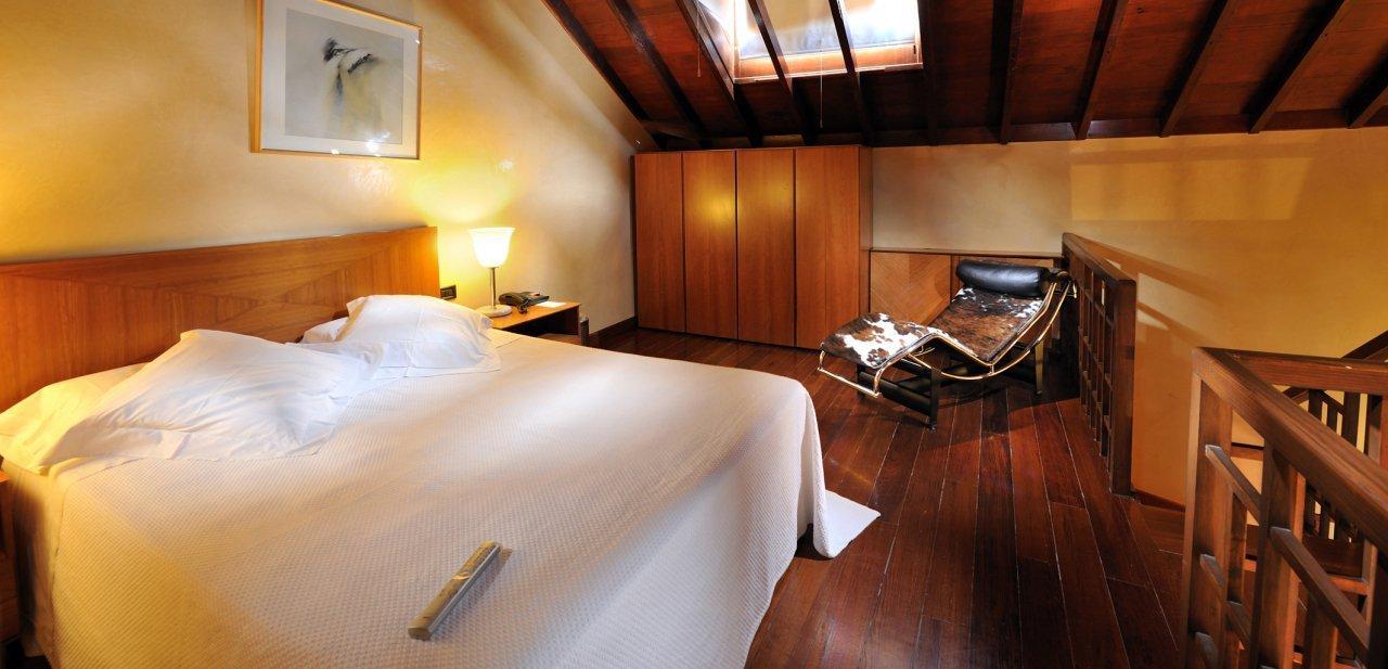 Interior de una de las habitaciones abuhardilladas del Hotel San Roque