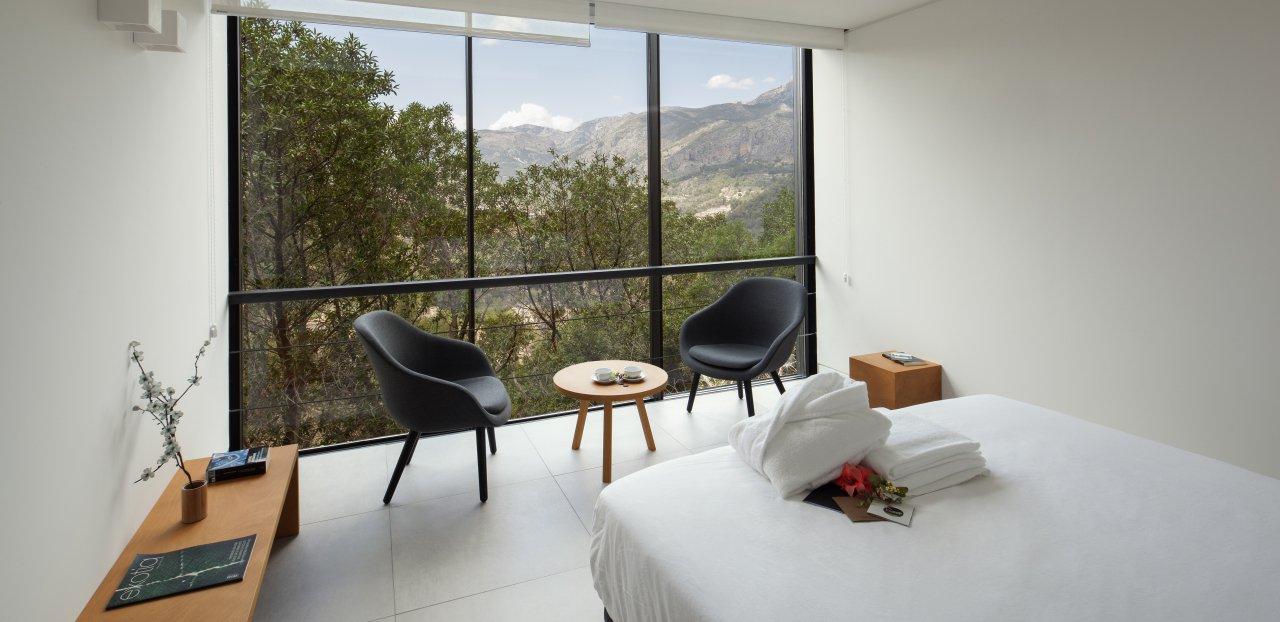 Interior de uno de los alojamientos del hotel Vivood y sus vistas