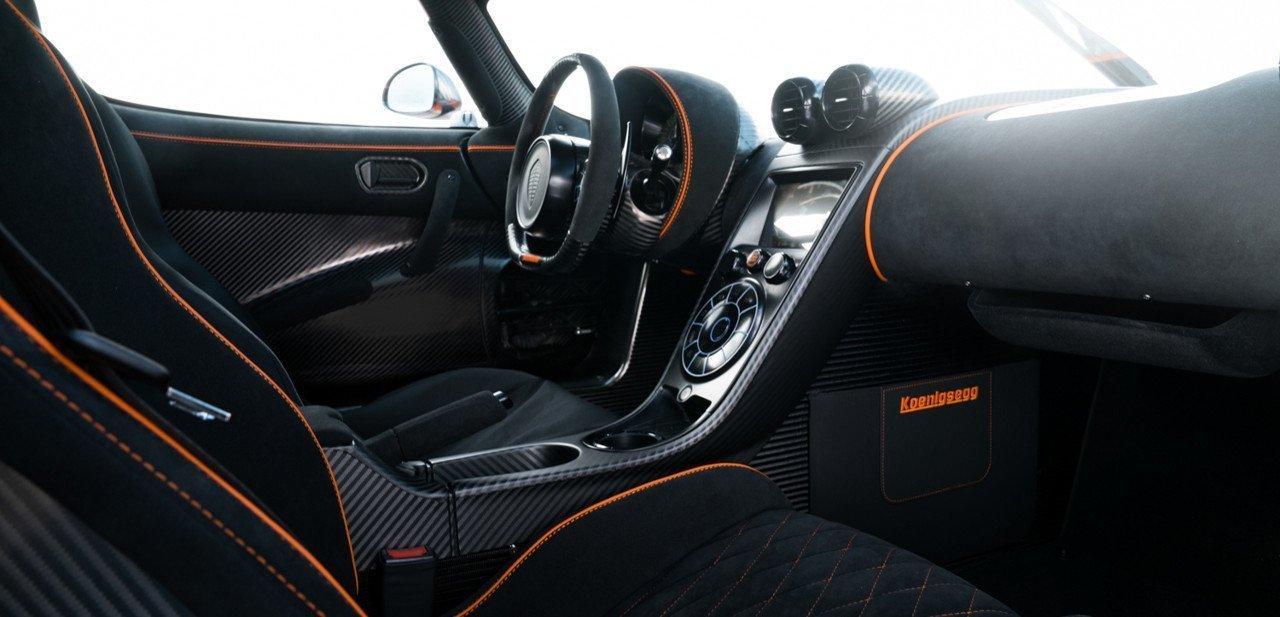 Interior del Agera XS en tono negro y naranja