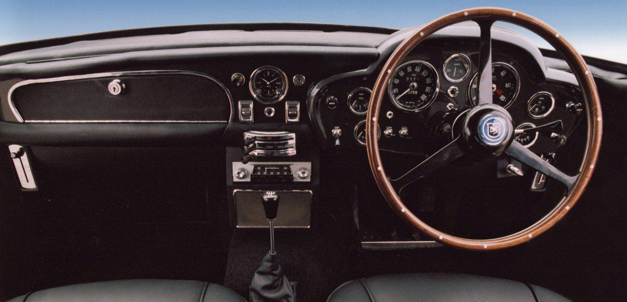 Interior del Aston Marton DB5 con atención al volante y los relojes