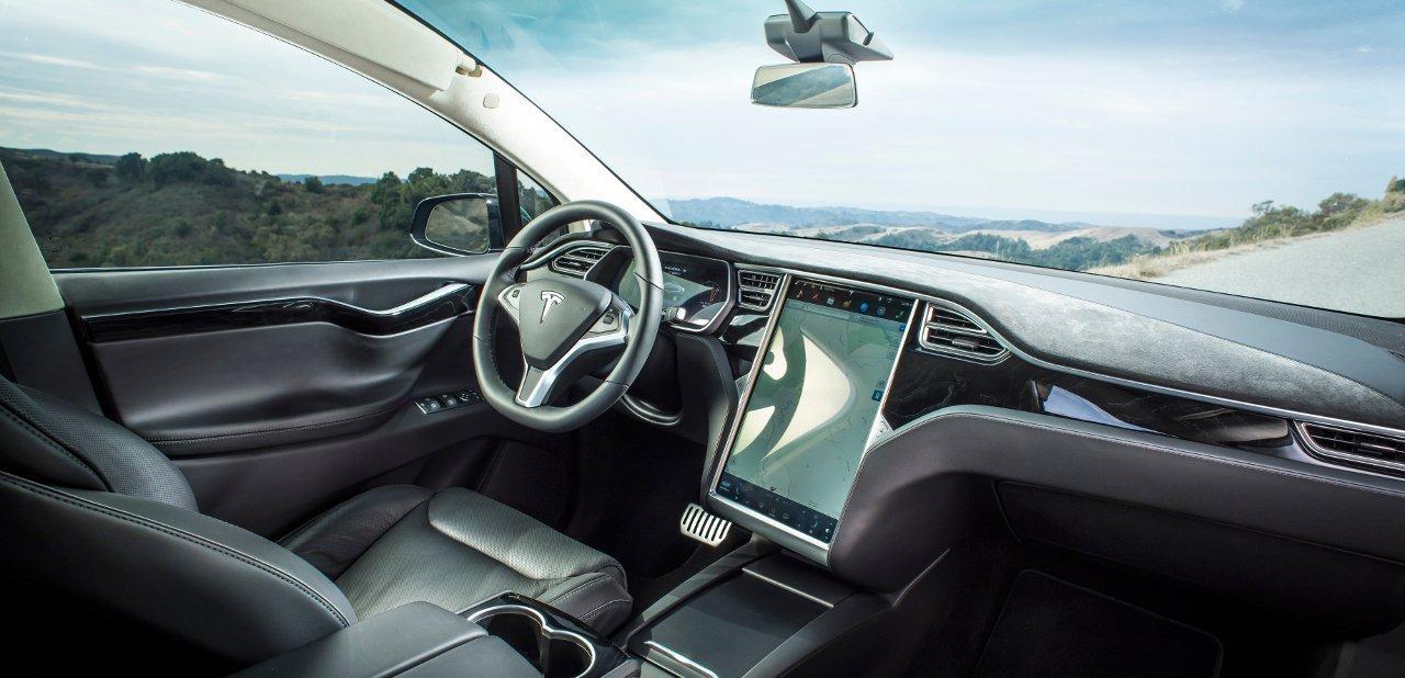 Interior del Tesla Model X donde se aprecia su consola táctil