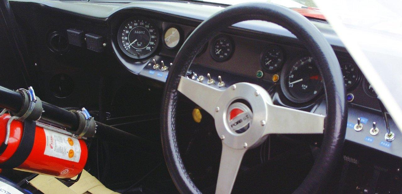Interior y detalle del volante de un Ford GT40