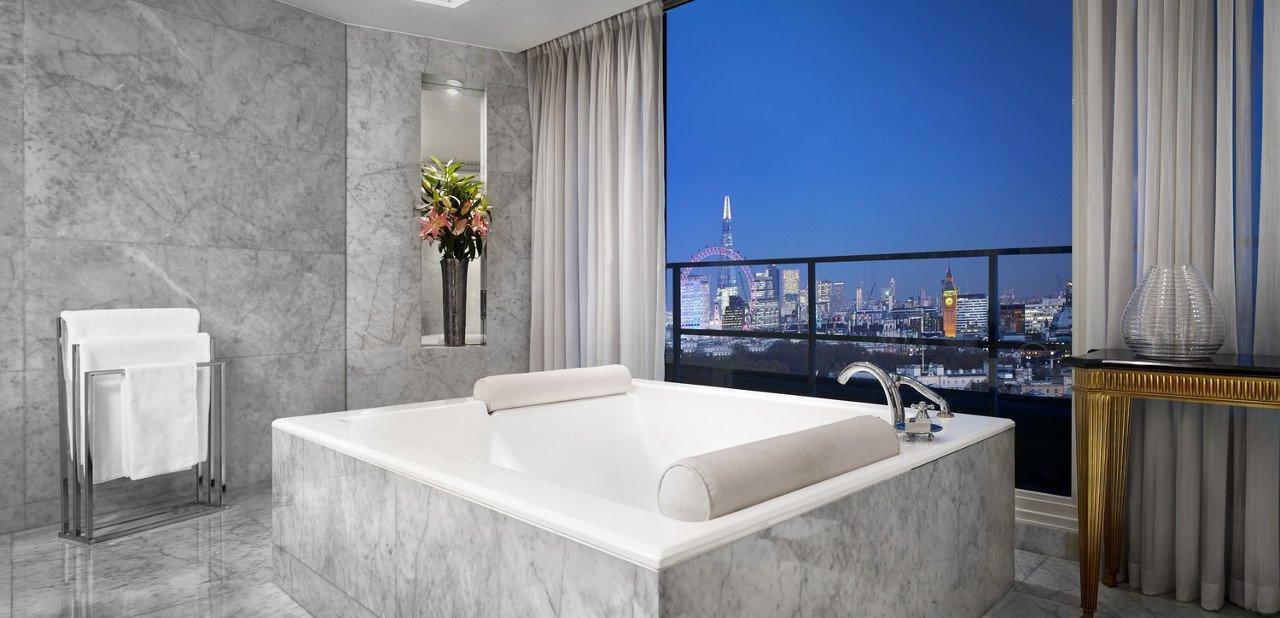 Jacuzzi en el baño de una de las habitaciones de The Park Tower Knightsbridge