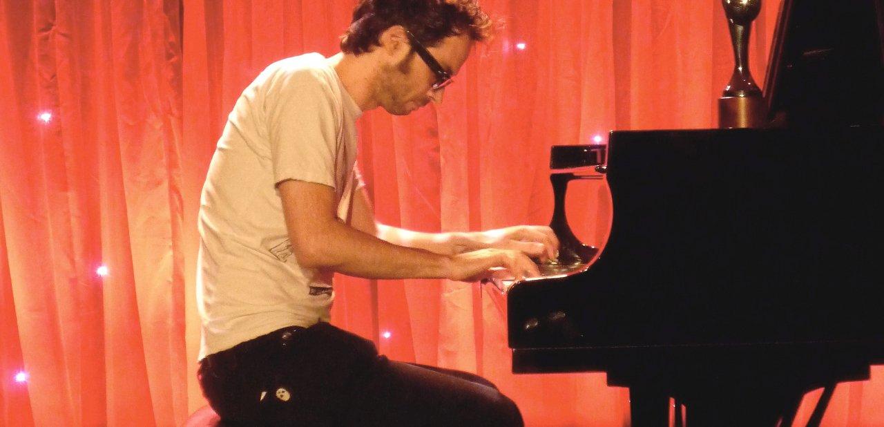 James Rhodes tocando el piano en uno de sus conciertos