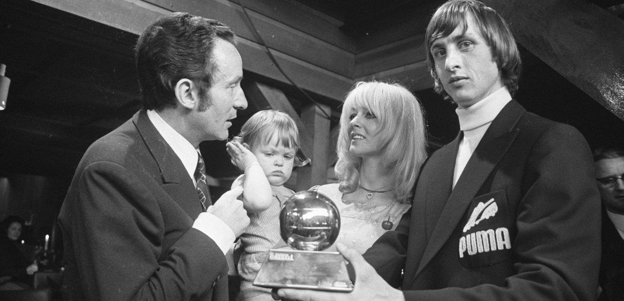 Johan Cruyff recogiendo su primer Balón de Oro, el de 1971
