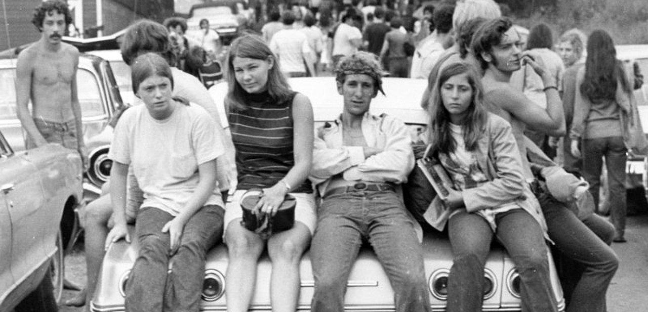 Jóvenes hippies en el festival de Woodstock de 1969