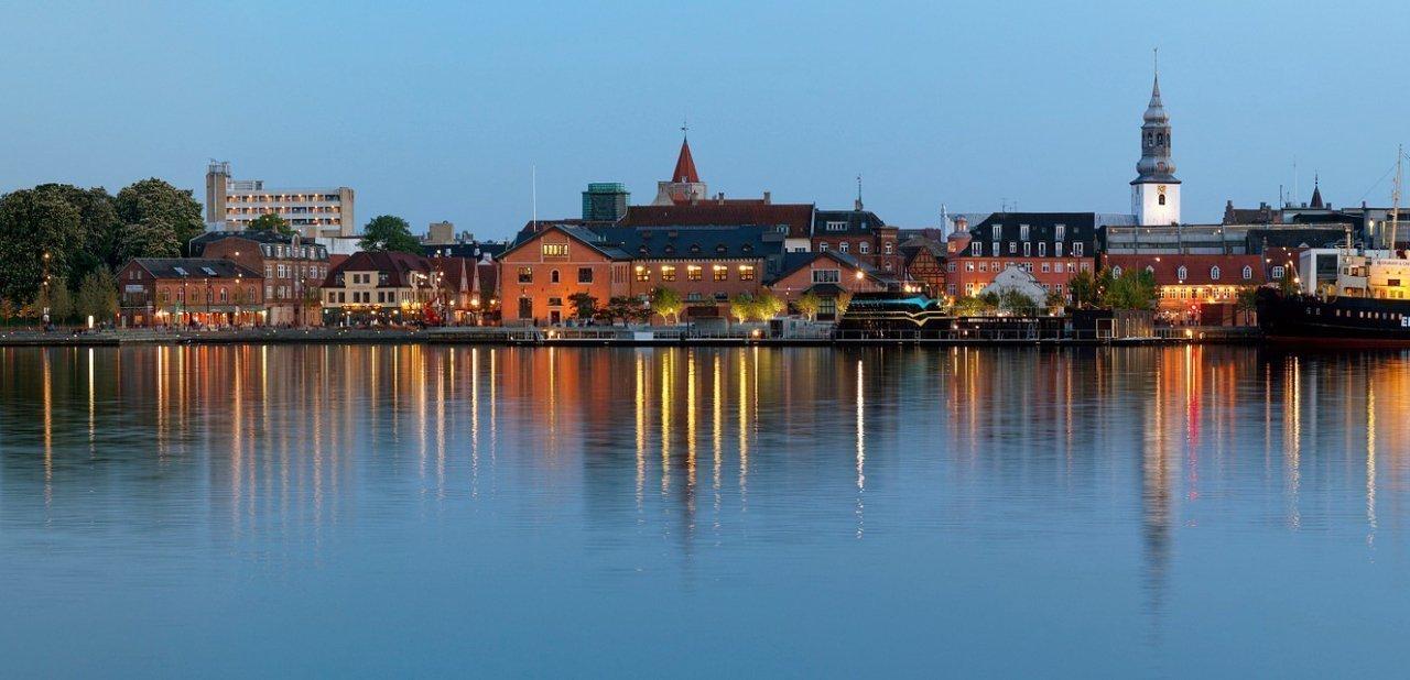 La franja fluvial de Aalborg al anochecer
