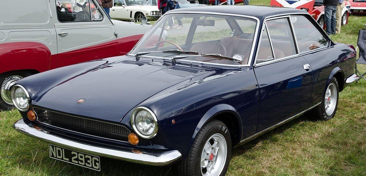 Versión coupé Fiat 124 Sport en color negro