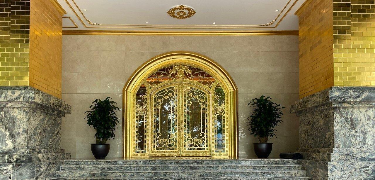 Puertas del Dolce Hanoi Golden Lake chapadas en oro de 24 kilates