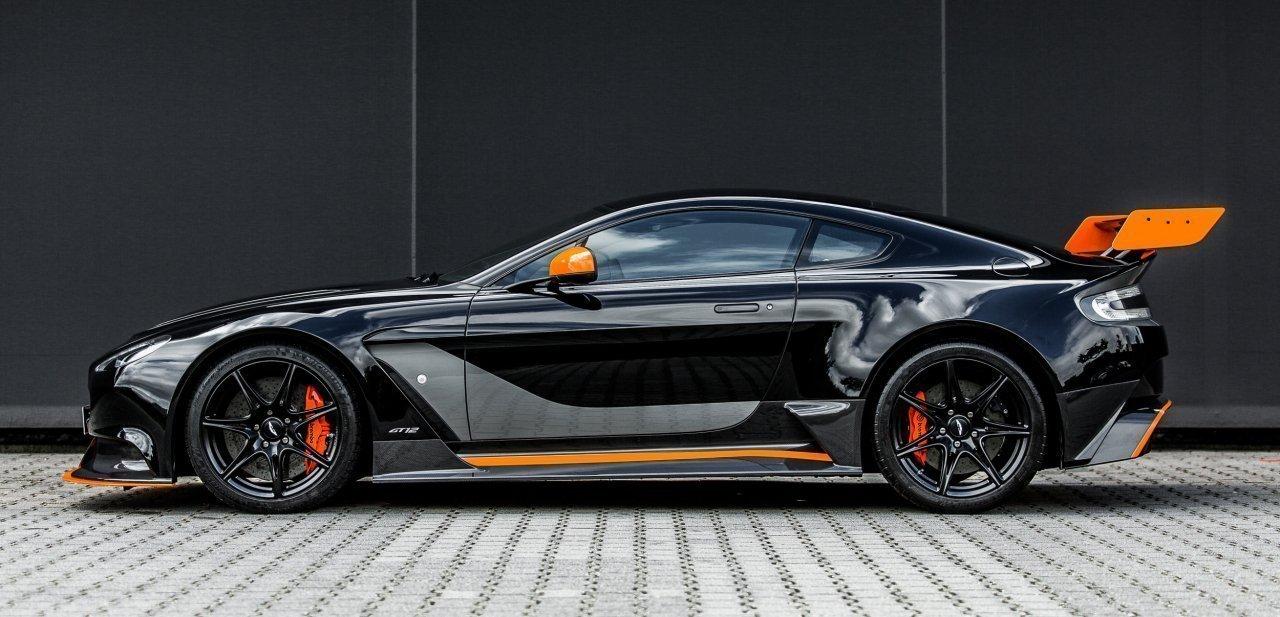 Lateral del Aston Martin Vantage GT12