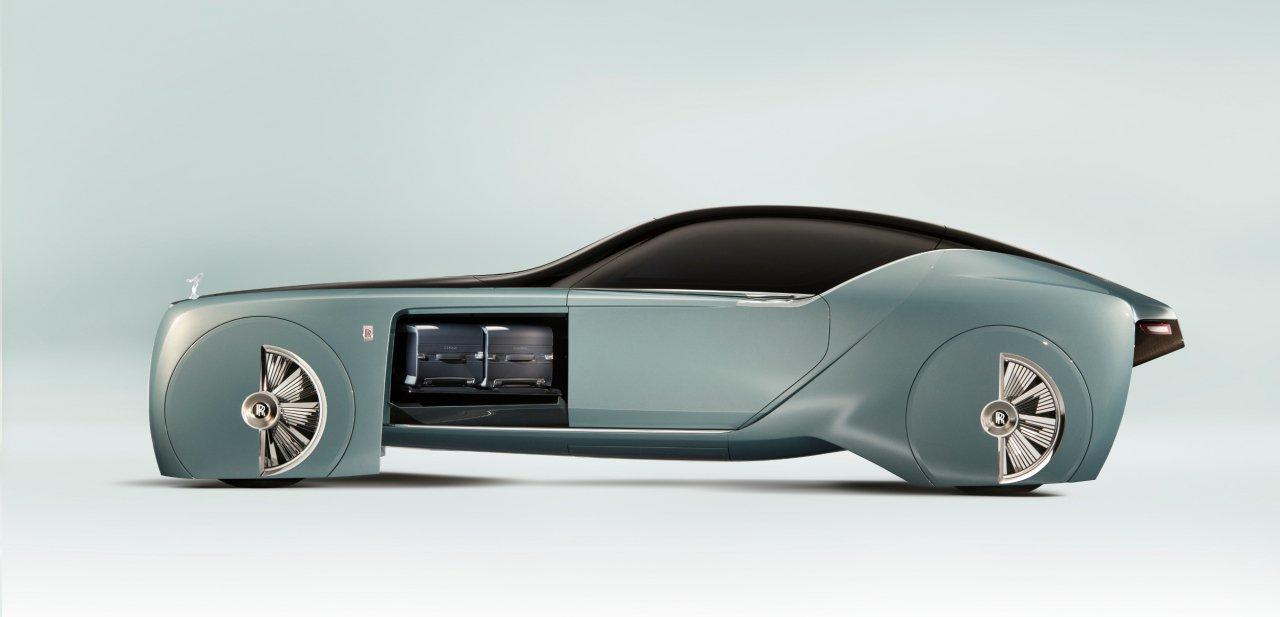 Lateral del Rolls-Royce 103EX con el maletero abierto