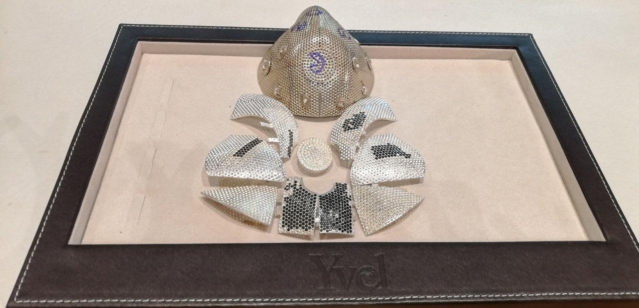 Mascarilla de diamantes de Yvel frontal dividida en partes