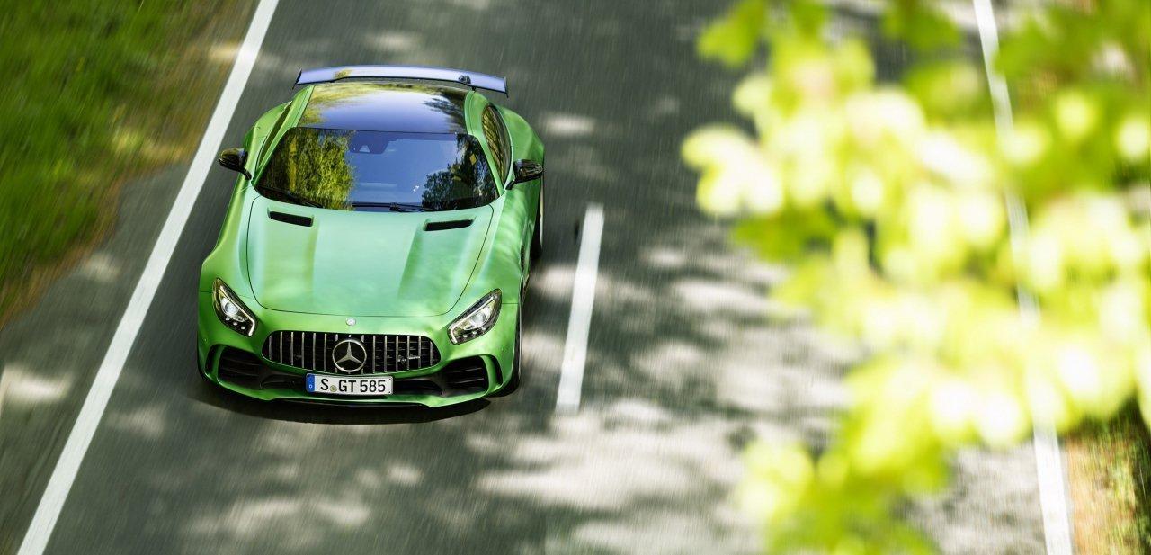 Mercedes-AMG GT R en una carretera