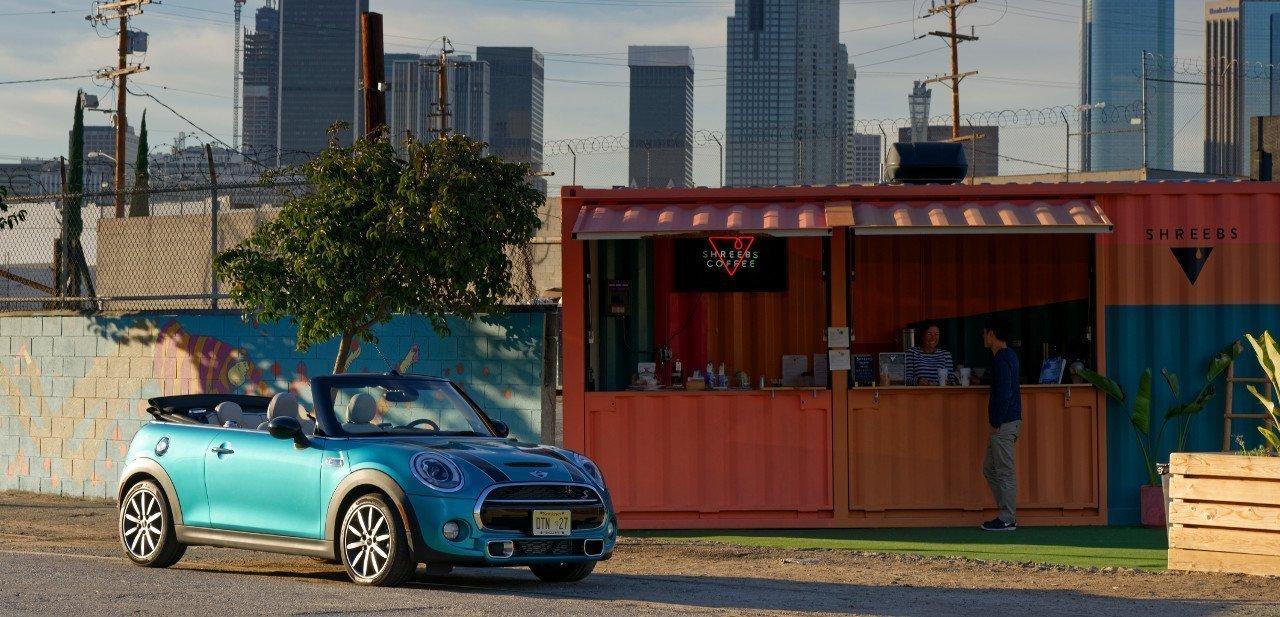 Mini Cabrio 2016 junto a un café urbano