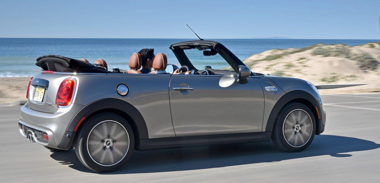Mini Cabrio 2016 parado junto a la playa