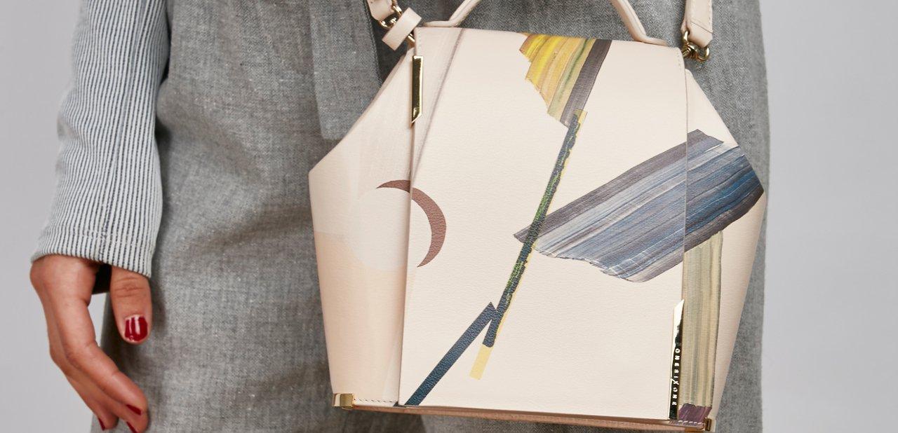 Modelo de bolso con pinceladas ocuras