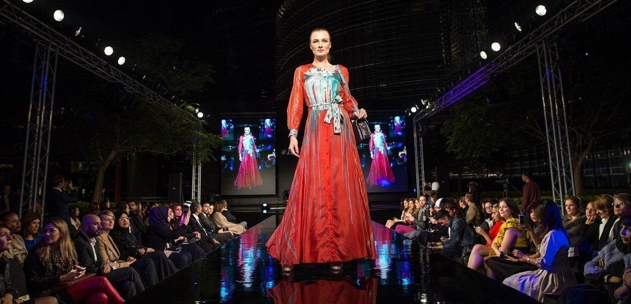 Modelo durante un desfile de moda