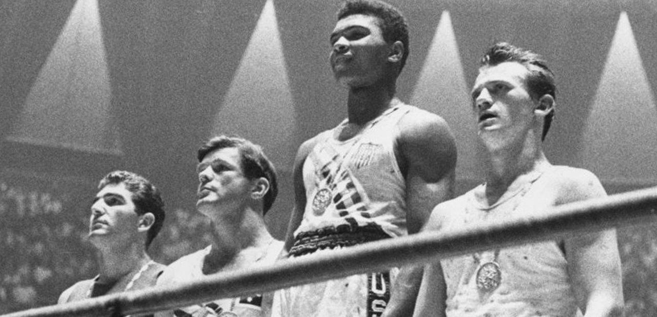 Muhammad Ali en el podio de los Juegos Olímpicos de 1960