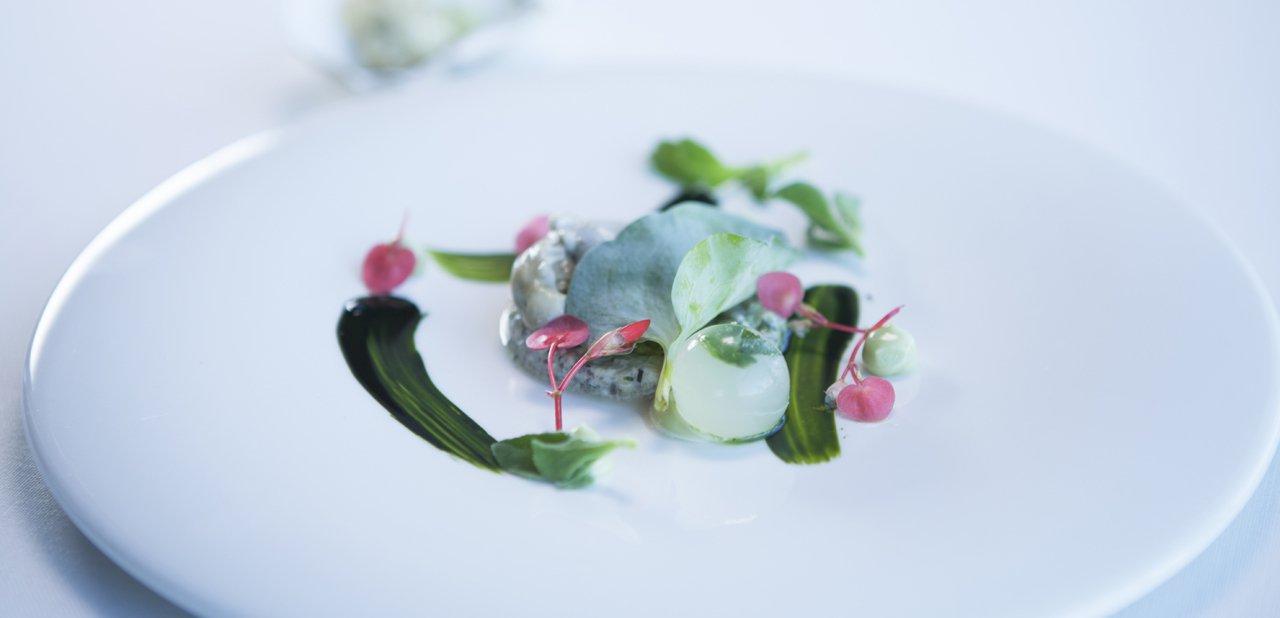 Ostra, tartar y licuado de algas, plato del restaurante Azurmendi