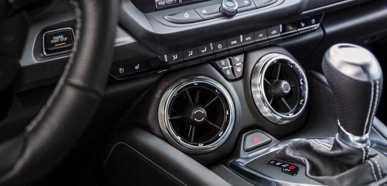 Palanca de cambios y salidas del aire acondicionado del Camaro de sexta generación