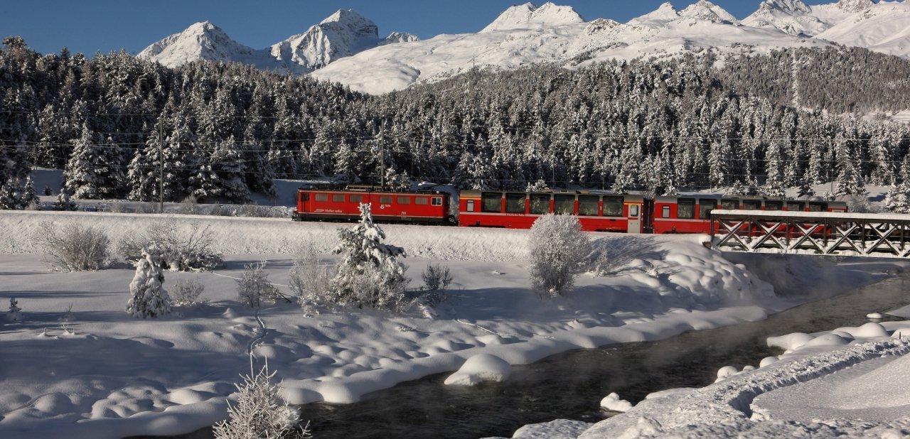 Panorámica de St. Moritz con uno de los trenes que atraviesa la zona