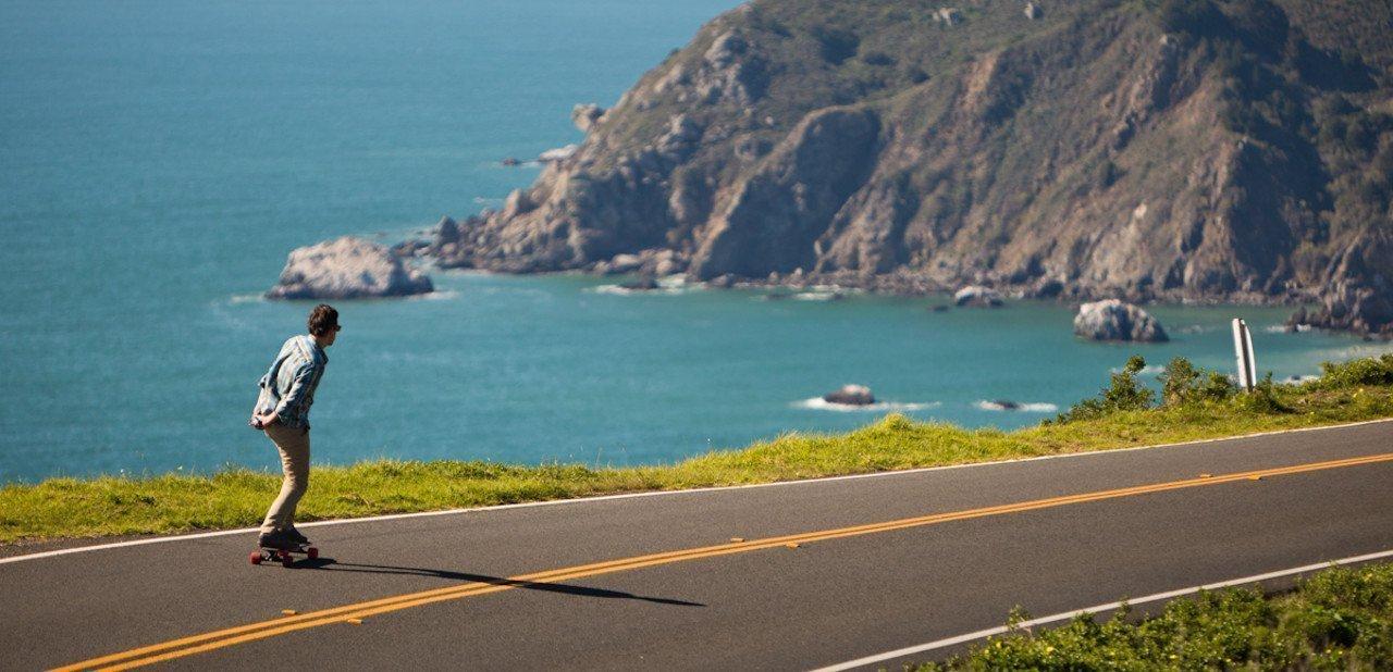 Patinando con el Inboard M1 por una carretera