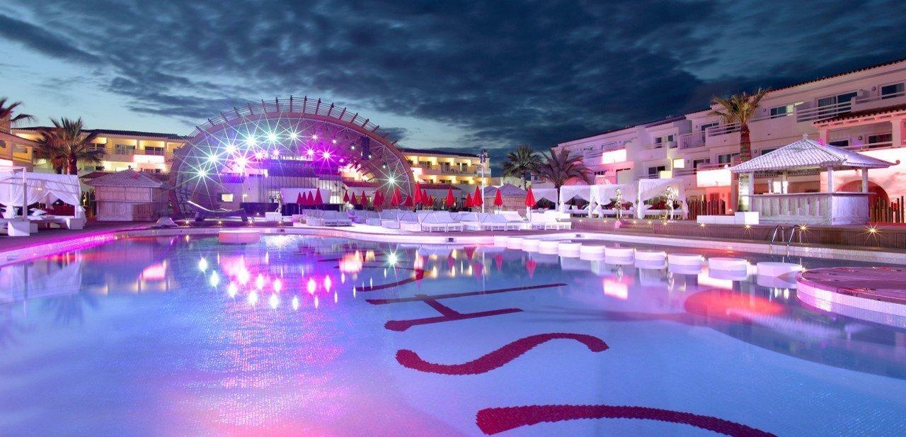 Piscina y escenario del Ushuaia Ibiza Beach Hotel