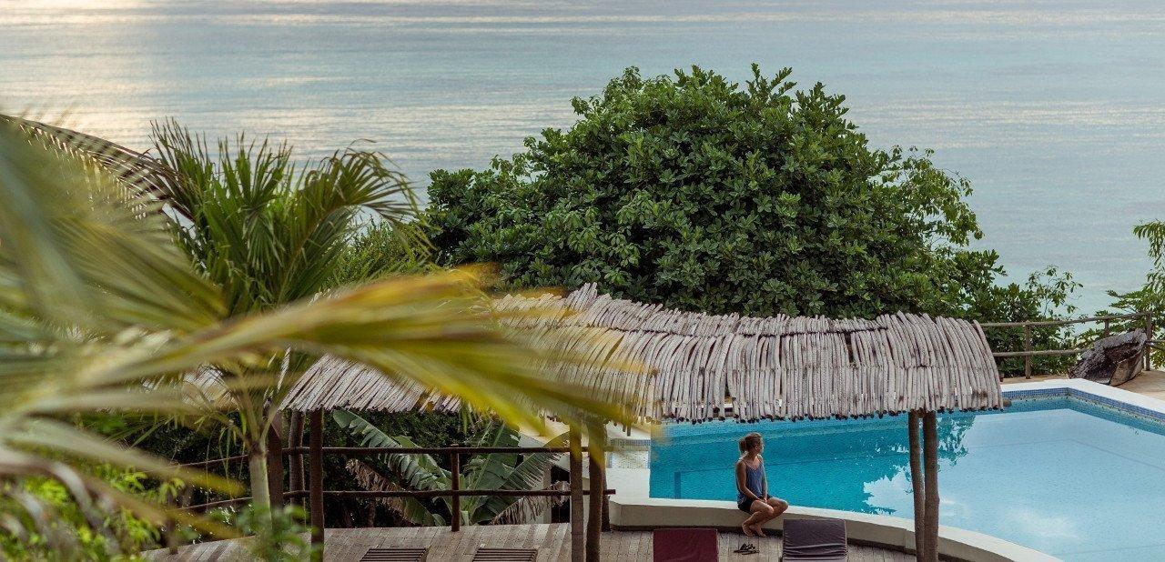 Piscina y vistas del océano desde el Manta Resort