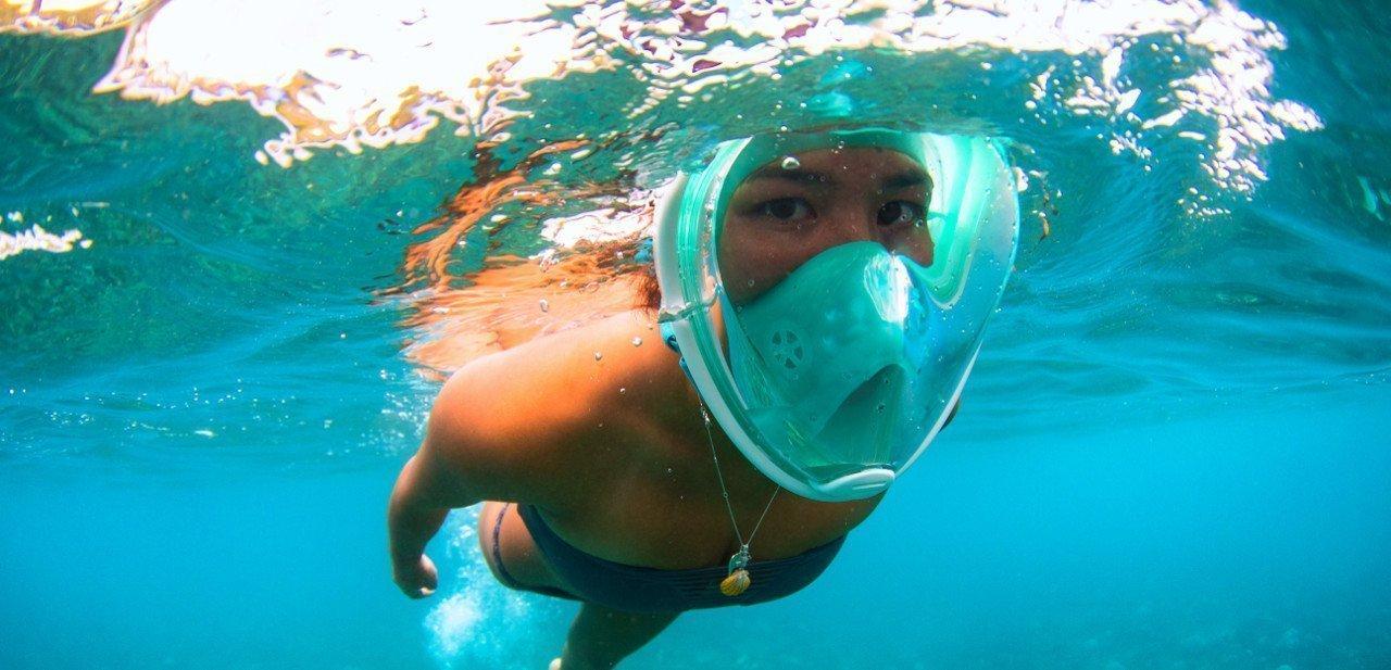 Plano cercano de la H2O Ninja Mask bajo el agua