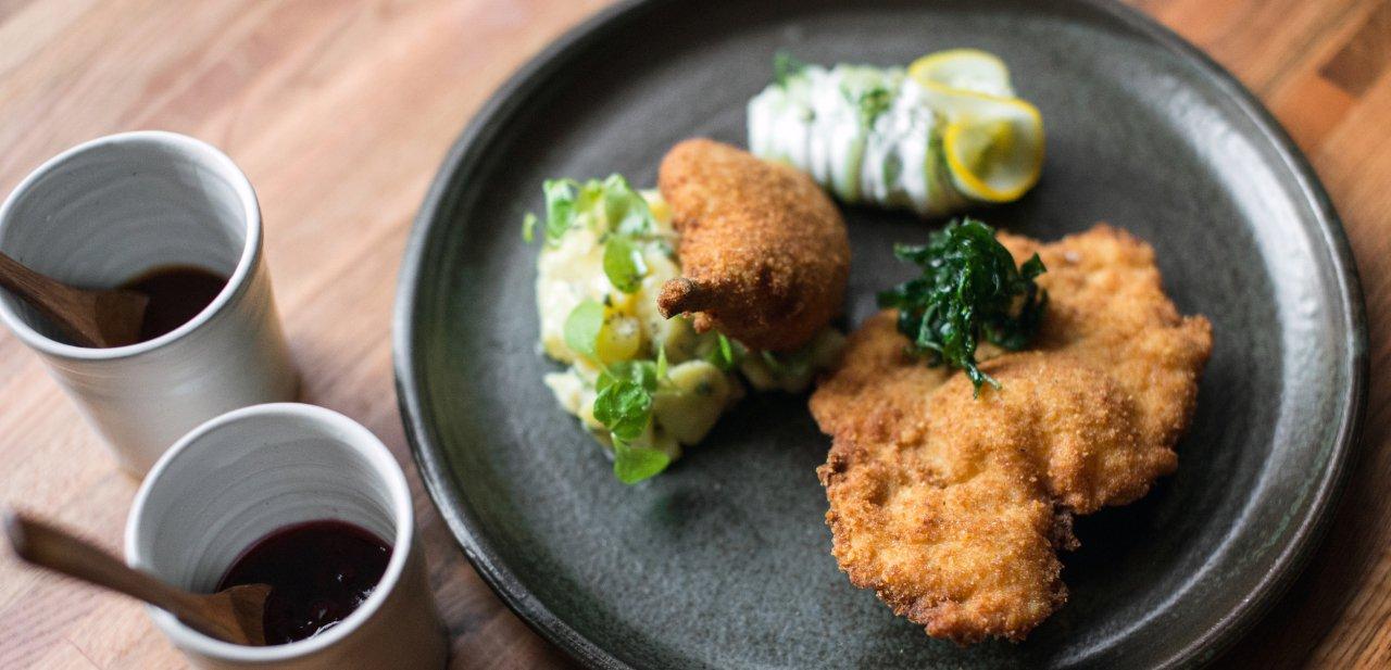 Plato Chicken Schnitzel del restaurante Bâtard