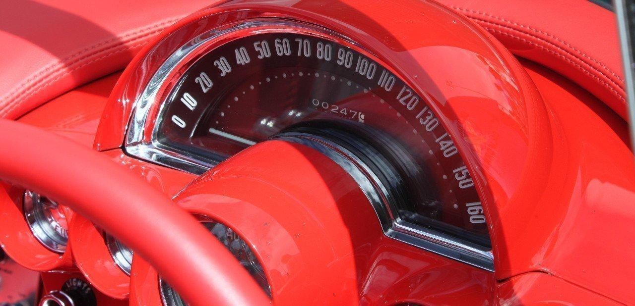 Reloj de velocidad en el interior de un Chevrolet Corvette C1