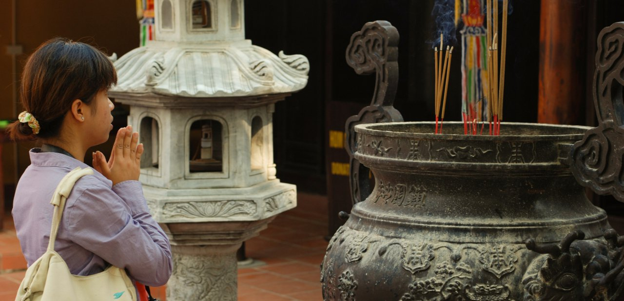 Rezo en una pagoda de Hanói