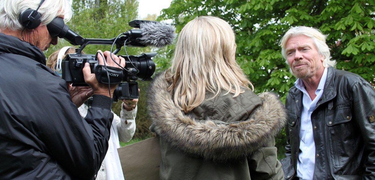 Richard Branson siendo entrevistado por un canal de televisión