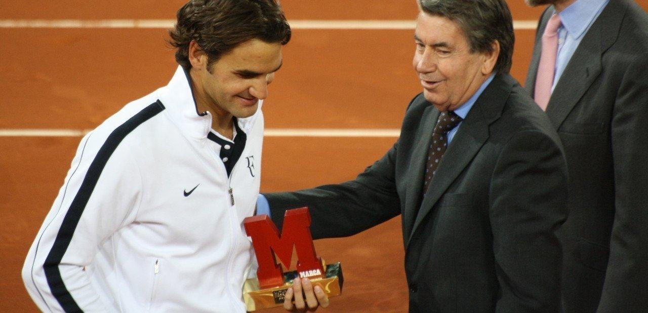 Roger federer recibiendo un premio con Manolo Santana
