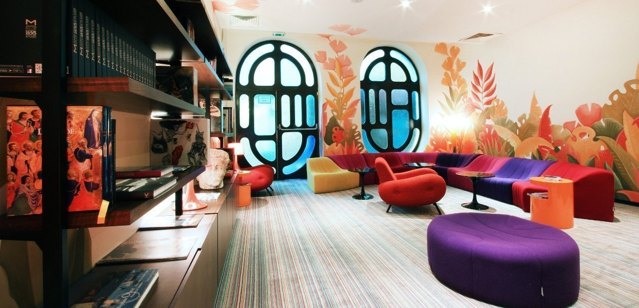 Sala biblioteca del Hotel La Résidence Du Vieux Port