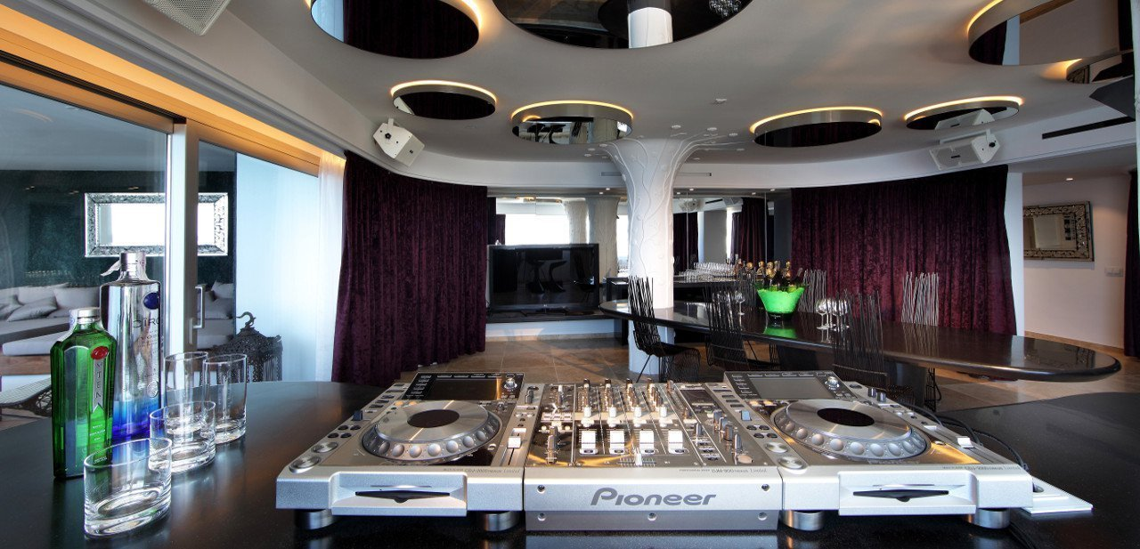 Sala con mesa de mezclas Pioneer del Ushuaia Ibiza Beach Hotel