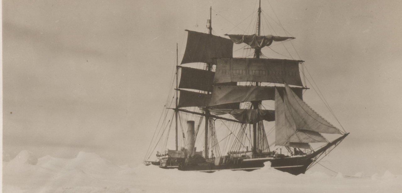 Terra Nova, el barco de Scott y su equipo, en la Antártida