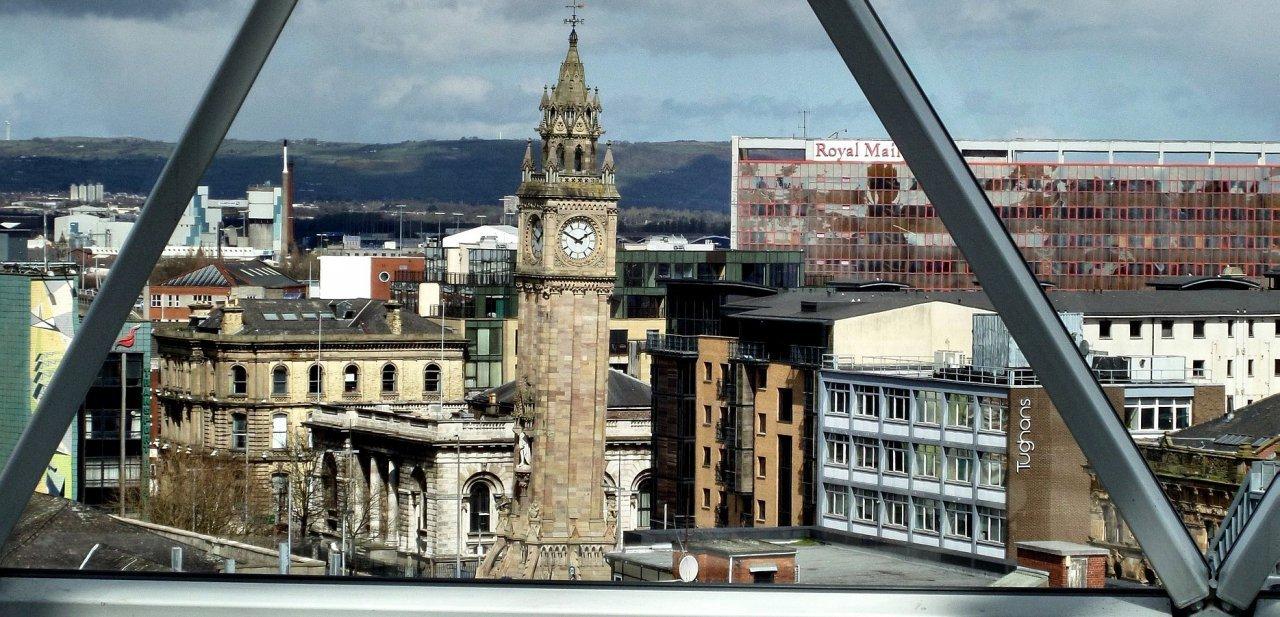 Torre del Albert Memorial de Belfast desde una ventana