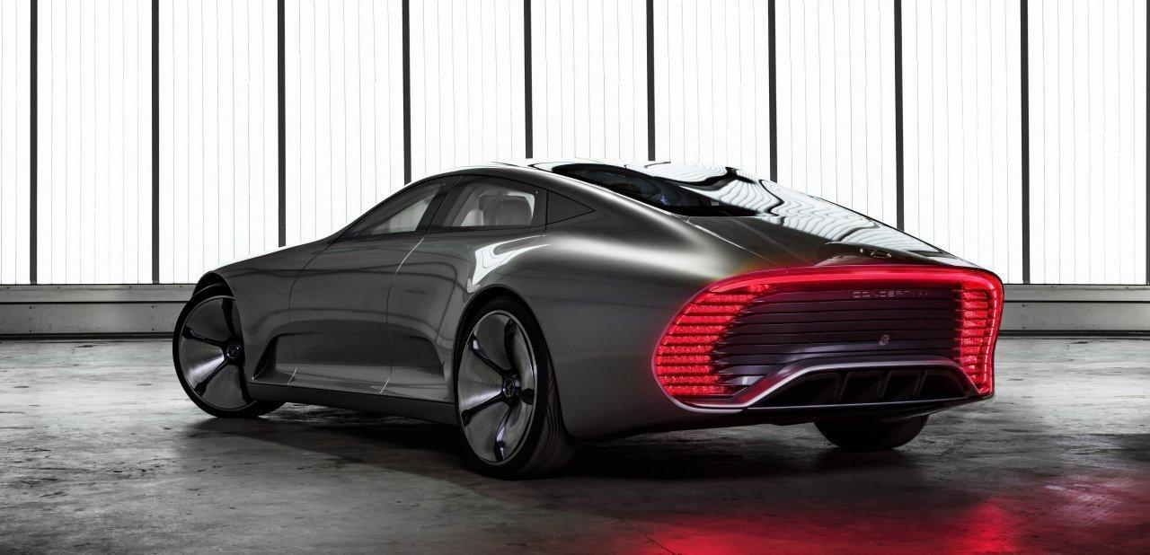 Trasera del Mercedes-Benz 'Concept IAA' con sus luces encendidas