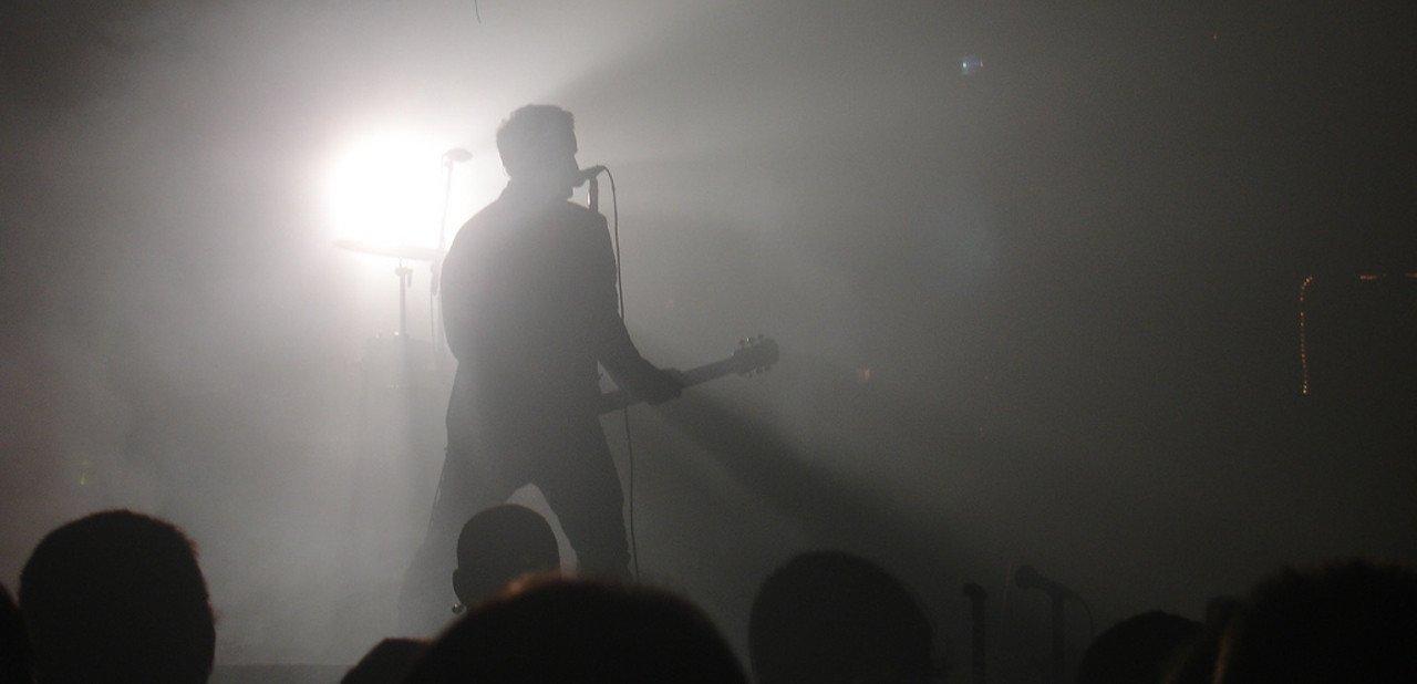 Trent Reznor a contraluz en un concierto