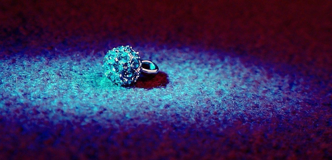 Un anillo de diamantes bajo una luz azul
