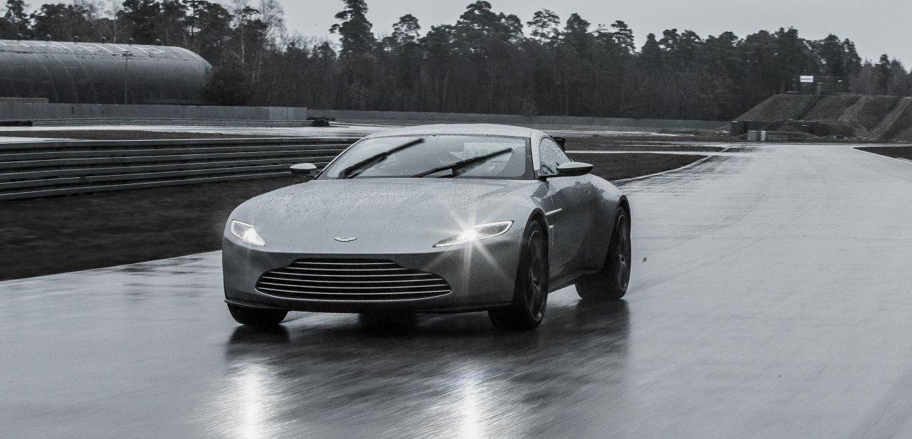 Un Aston Martin DB10 rodando por un circuito