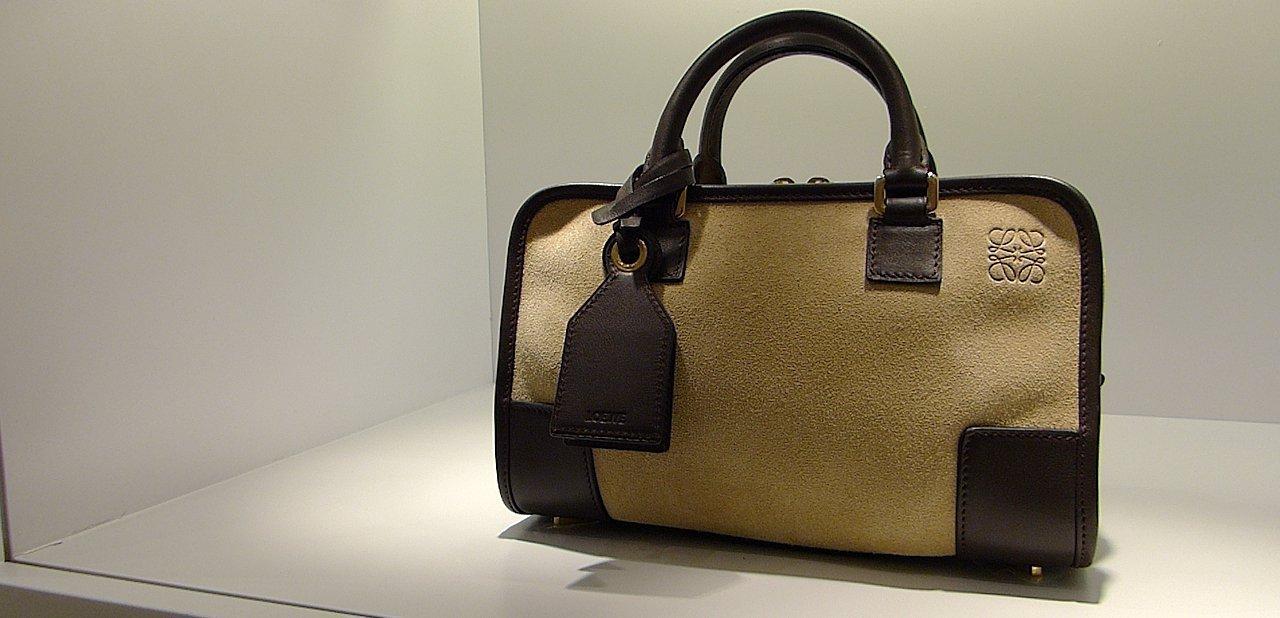 Un bolso de Loewe mostrado en la exposición sobre Vicente Vela